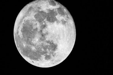 Mặt trăng là do con người làm ra?